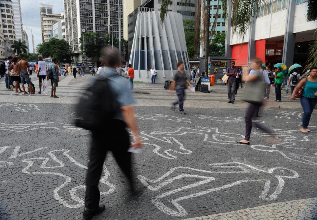 Silhuetas de corpos desenhadas no Rio de Janeiro, alertam para assassinatos de jovens negros. Foto: Fernando Frazão/ Agência Brasil