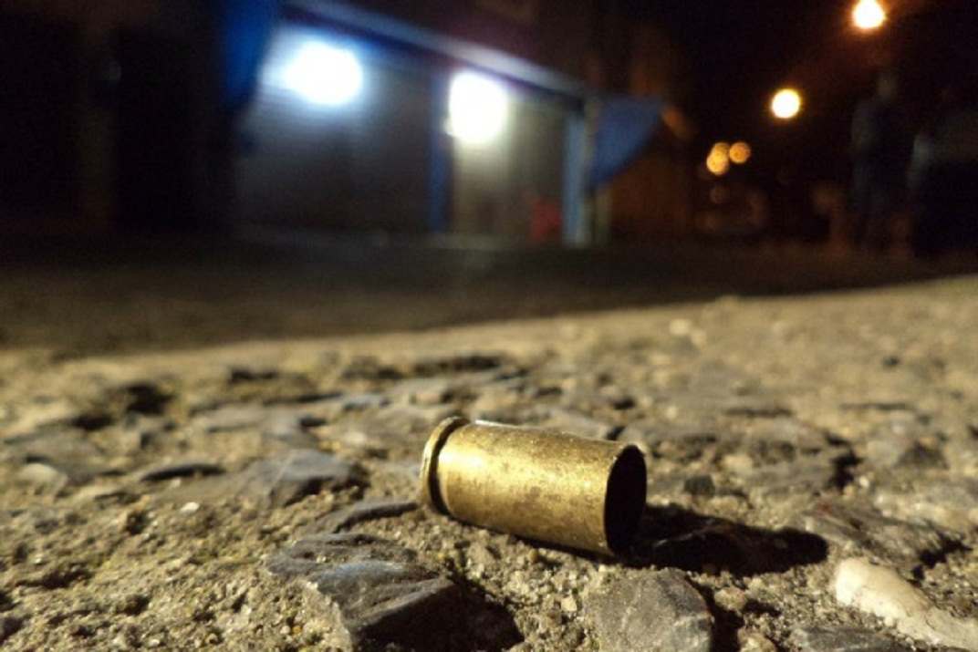 Seis pessoas foram baleadas no Parque Figueira Grande, zona sul de São Paulo, no final da noite desta terça-feira (4). Fernando de Assis Oliveira, de 23 anos, e Alexandre Valenciano Machado, de 19, morreram. As outras quatro vítimas permaneciam internadas. Os atiradores ocupavam uma moto, que estaria sendo escoltado por um outro veículo. Os criminosos pararam na frente de um bar, na rua Sebastião Dias Fragoso, e atiraram contra um grupo de pessoas. Três vítimas foram atingidas, entre elas uma mulher de 35 anos, que trabalha como cozinheira de creche. Ainda na mesma rua, mas a cerca de 100 metros do bar, os motoqueiros atiraram contra dois homens que estavam na calçada. A cerca de um quilômetro dali, na rua Giosué Carducci, outra homem foi baleado. A polícia suspeita que ele tenha sido alvo dos mesmos atiradores. Foto:Nivaldo Lima/Futura Press