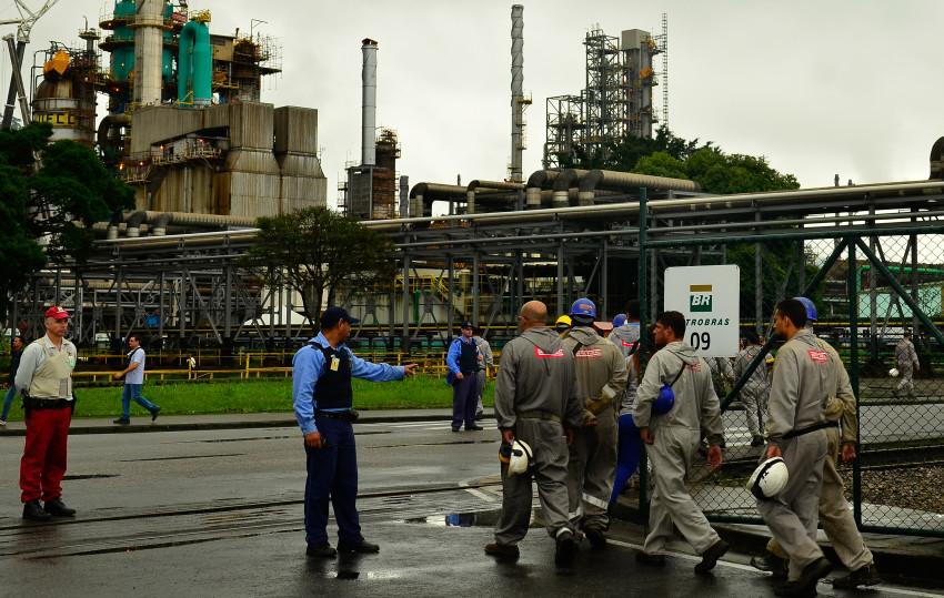 05/11/2015- Cubatão- SP, Brasil- Trabalhadores terceirizados da refinaria de Cubatão, durante a greve dos petroleiros. Foto: Rovena Rosa/ Agência Brasil