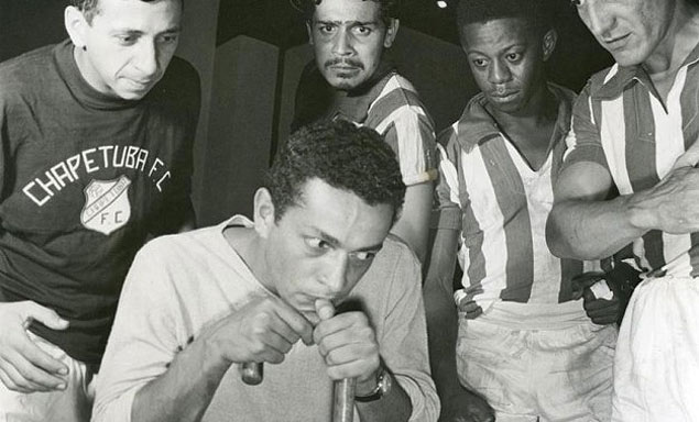 Nelson Xavier (na frente), Flavio Migliaccio e Milton Goncalves na peca 'Chapetuba Futebol Clube', do Teatro de Arena. foto: Hejo/Cedoc-Funarte