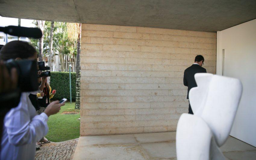Brasília - Agentes da Polícia Federal (PF) e procuradores do Ministério Público Federal (MPF) estiveram hoje (18) em endereços do presidente do senador Aécio Neves (MG), no Lago Sul em Brasília