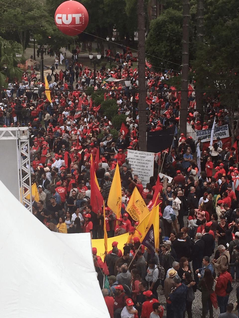Praça Santos Andrade recebe apoiadores de Lula