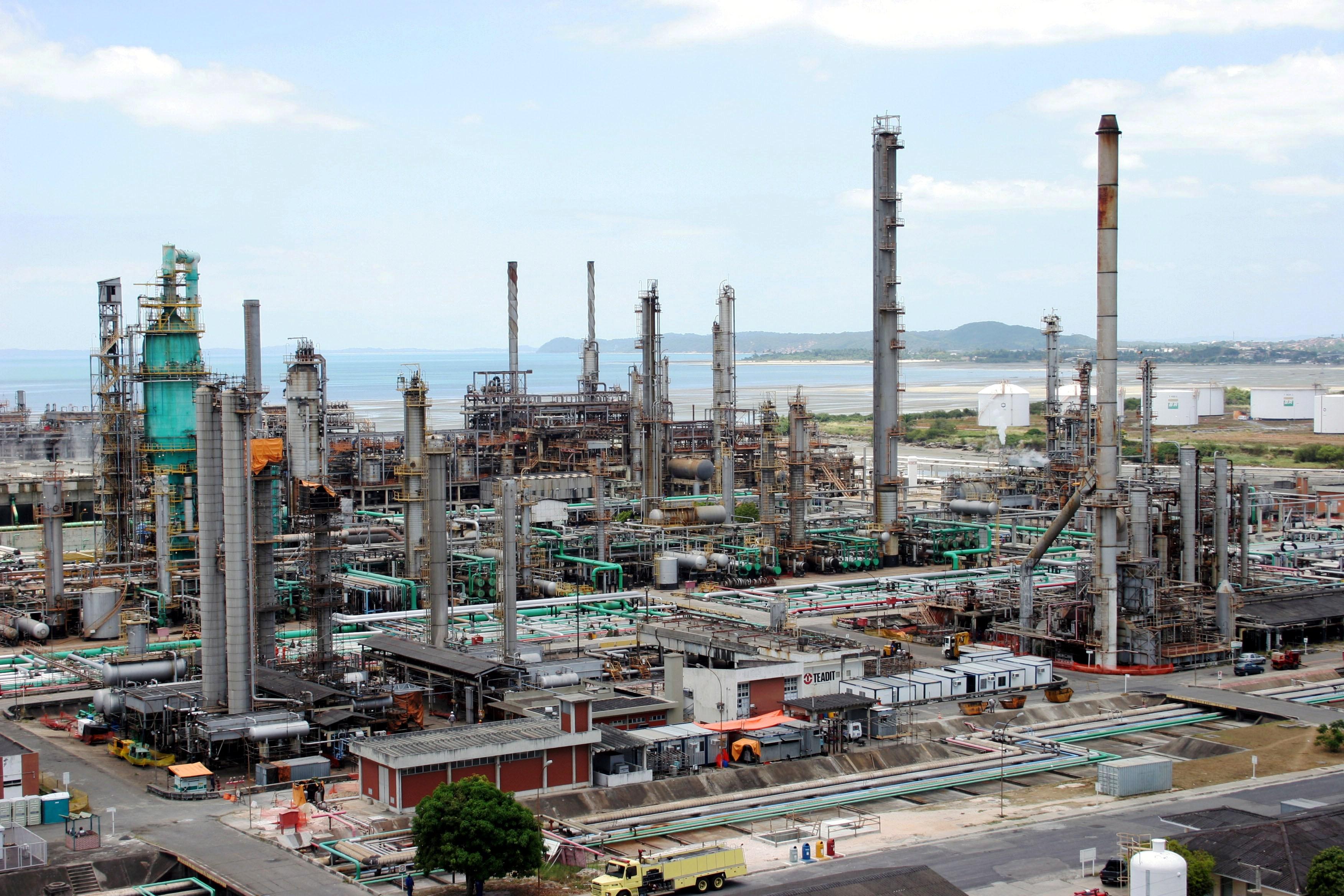 Resultado de imagem para Por que a Petrobras deveria vender as suas refinarias