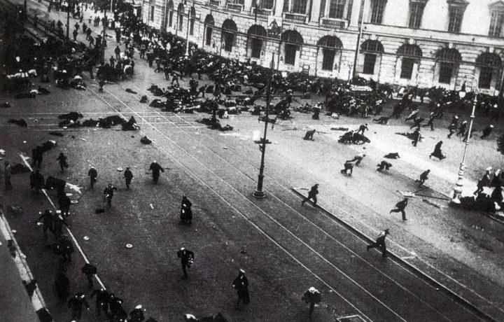 Petrogrado, 4 de julho de 1917. Manifestantes em Nevsky Prospect buscam refúgio logo após as tropas abrirem fogo.