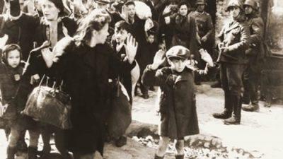 Menino judeu passa por bloqueio nazista no Gueto de Varsóvia, em 1943