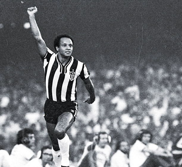 Reinaldo, jogador do Atlético Mineiro, comerando um gol com o gesto dos Panteras Negras
