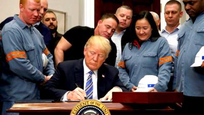 Trump anuncia medidas protecionistas, acompanhado de trabalhadores da indústria metalúrgica