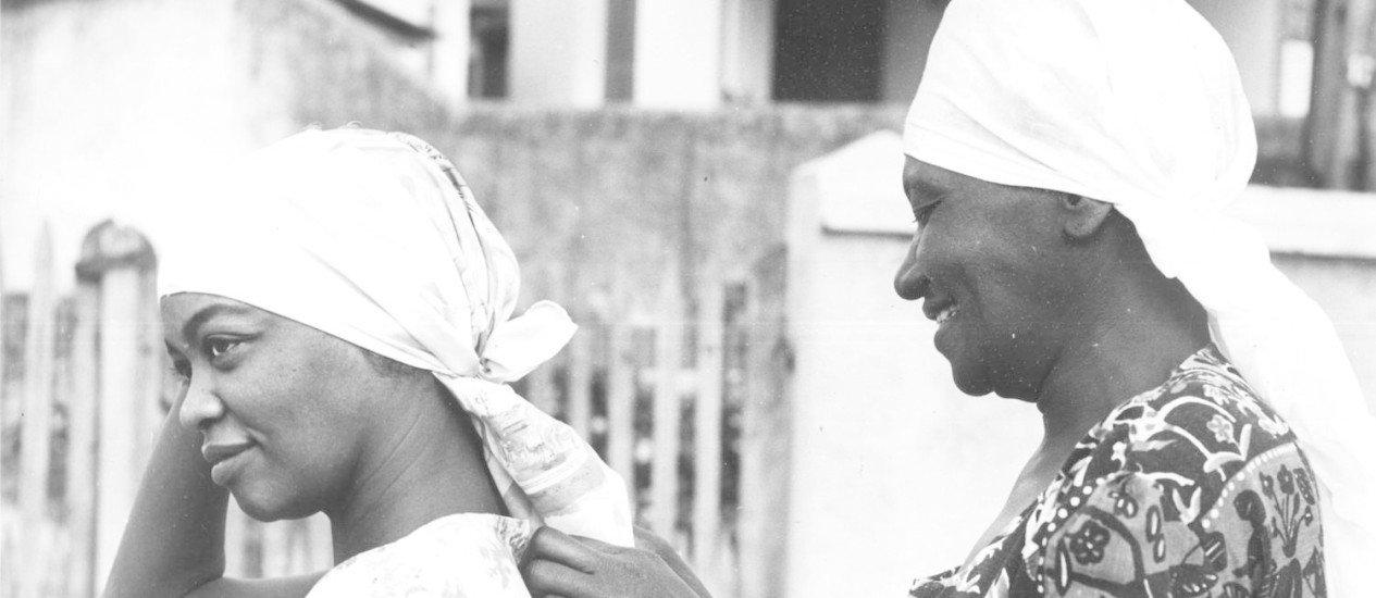 Carolina de Jesus ajeita o lenço da atriz Ruth de Souza. Foto: Divulgação