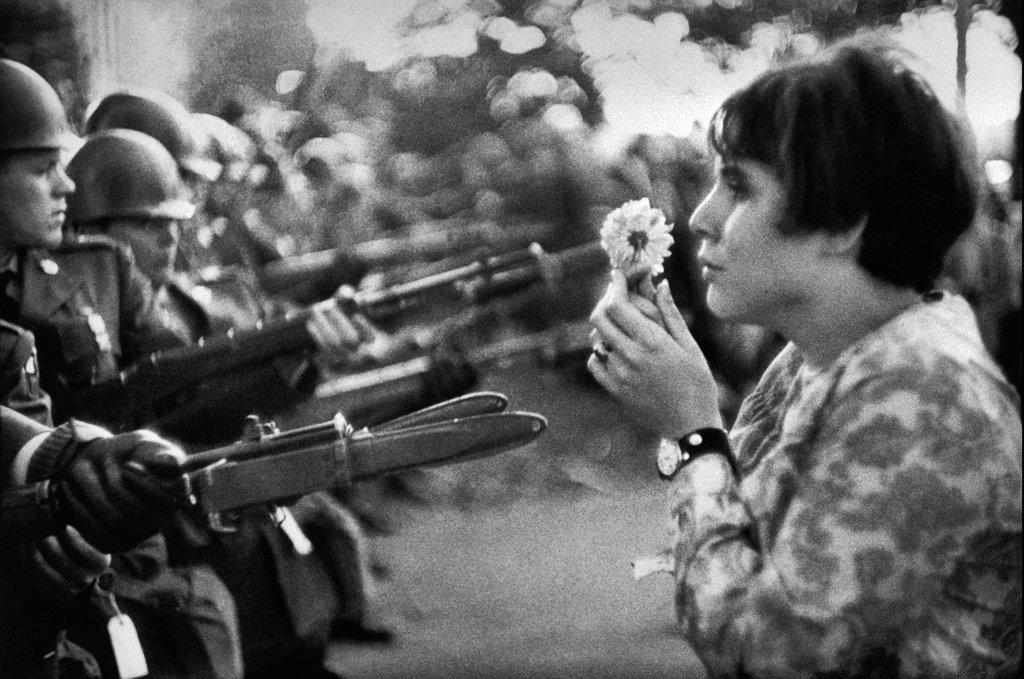 """""""jeune fille à la fleur"""", foto de Marc Riboud, em 1967, durante protesto contra a Guerra do Vietnã"""