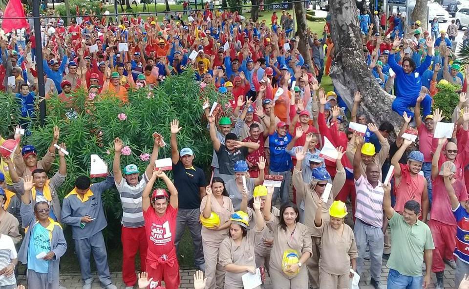 Trabalhadores da construção civil votam na assembleia. Foto divulgação Sindicato
