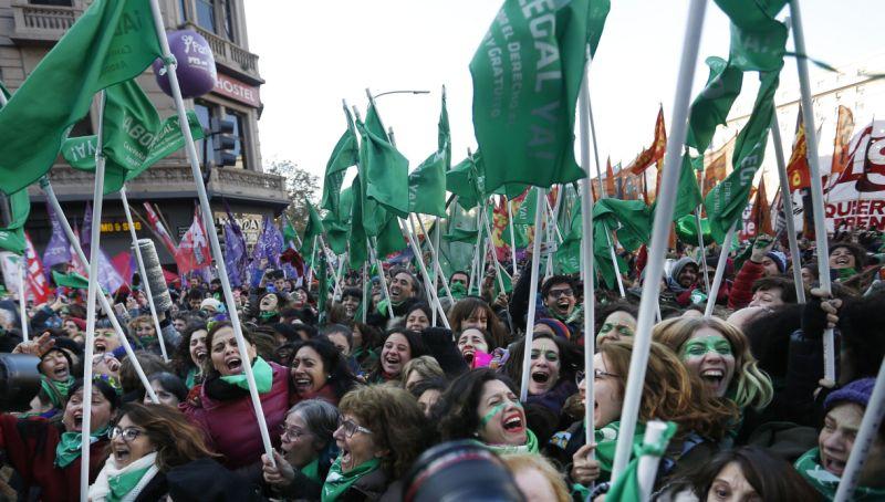 Mulheres argentinas comemoram vitória. Foto: Jorge Saenz/AP