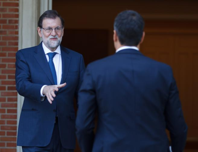 Mariano Rajoy recebe Pedro Sanchez. Foto Dani Duch / La Vanguardia