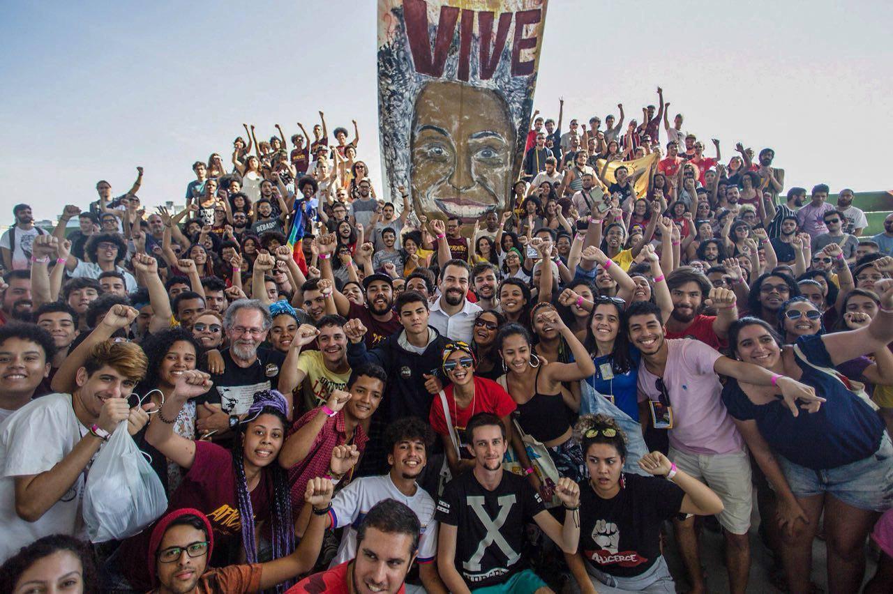 Guilherme Boulos, com participantes do Acampamento da juventude do Afronte, em Niterói (RJ). Foto: Cobertura colaborativa / Esquerda Online