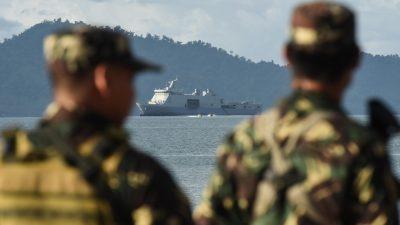 Militares chineses acompanham manobras dos EUA no Mar da China, em maio. Foto Dondi Tawatao