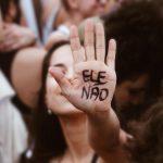 Operárias de São Paulo iniciam greve, com o adesivo do #EleNão