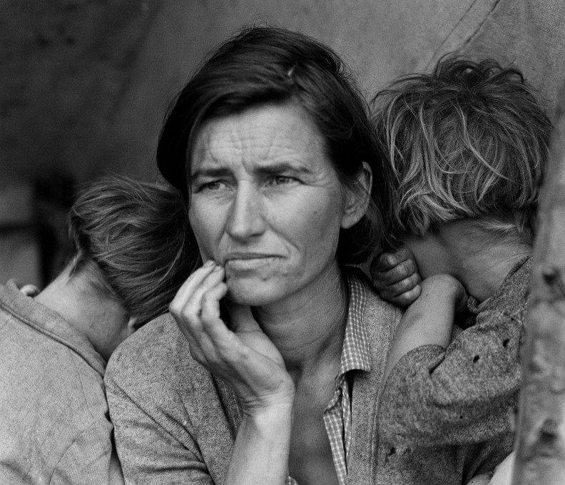 A norte-americana Florence Owens Thompson, mãe de sete crianças, em Nipono, Califórnia, em março de 1936, em busca de um emprego. Foto de Dorothea Lange.