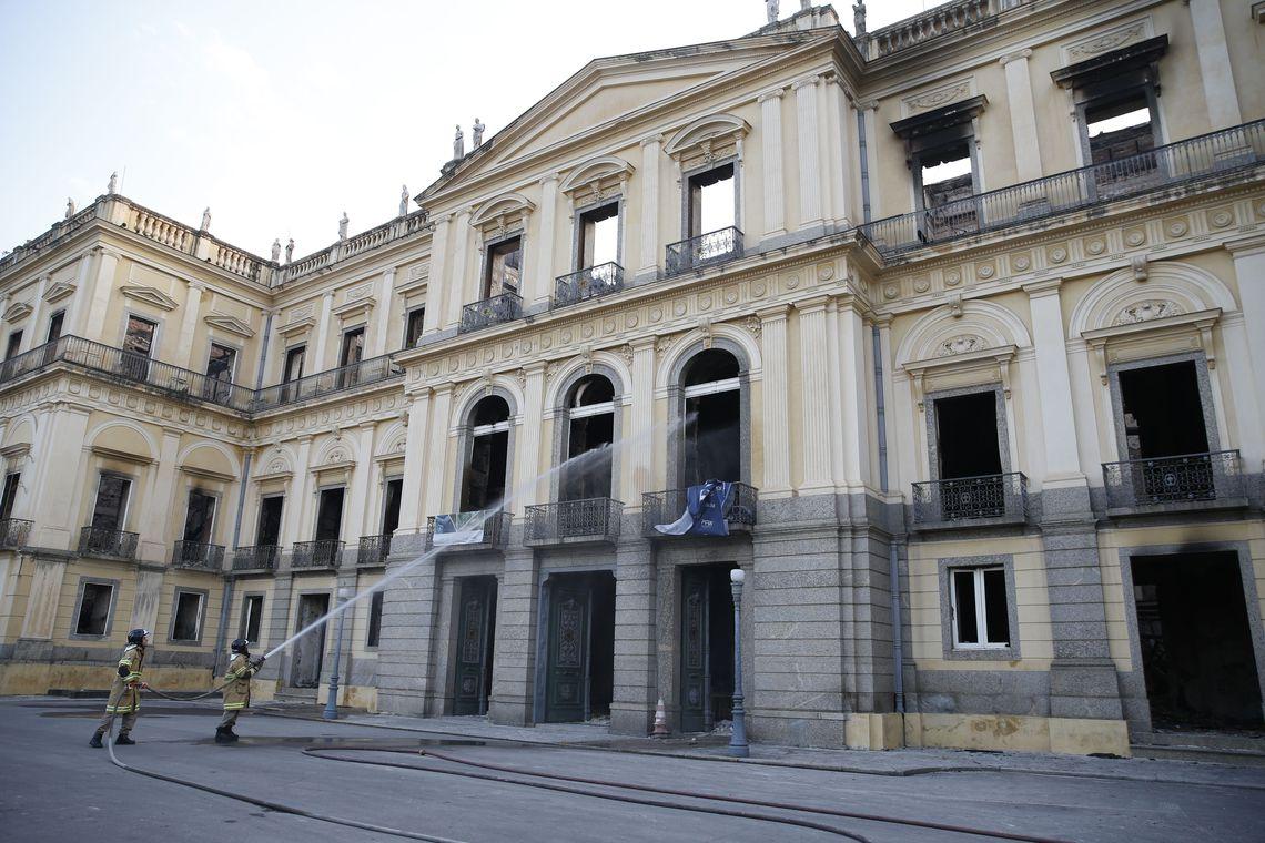 Bombeiros apagam pontos de fogo no Museu Nacional após incêndio.