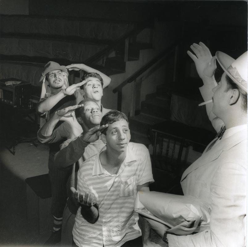 Flávio Migliaccio e Milton Gonçalves na peça 'Chapetuba Futebol Clube', do Teatro de Arena. Foto: Hejo. Cedoc-Funarte
