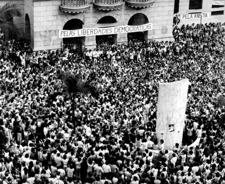 FOTO: Ato no Largo de São Francisco, em 1977, em defesa da anistia e contra as prisões políticas. Divulgação Exposição Transições. Das Ditaduras às Democracias na América Latina. Veja SP.