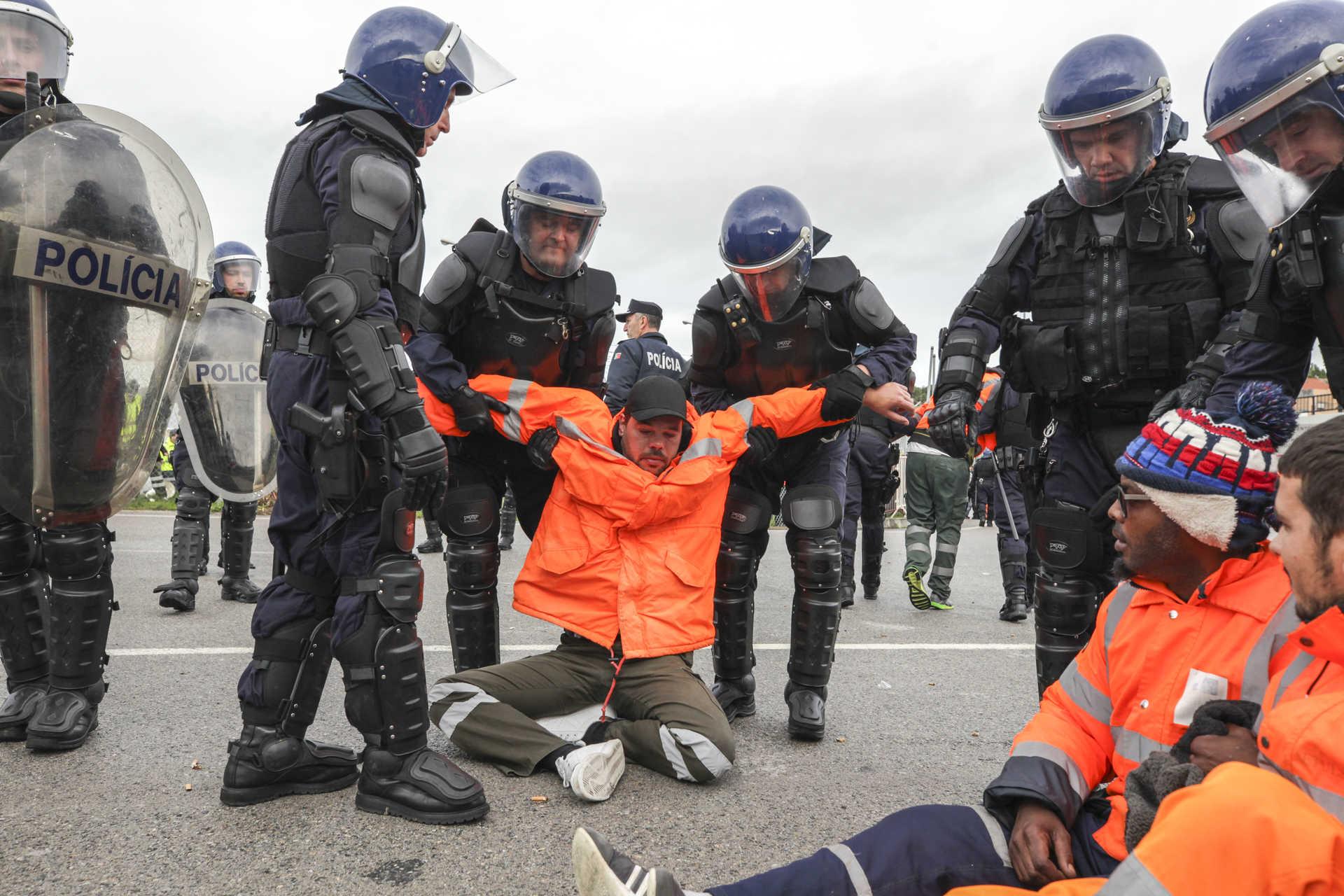 Estivadores são detidos pela polícia