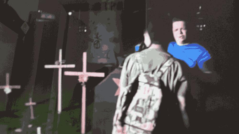 Estudante da UFBA diante de membro do MBL, defende o espaço com cruzes, em homenagem a marielle, da ação do MBL