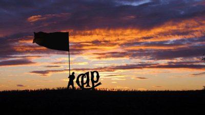 Silhueta de um homem segurando uma bandeira e ao lado o símbolo do clube