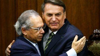 Guedes e Bolsonaro se abraçam