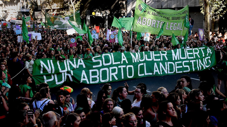Manifestação na Argentina. Uma faixa verde, onde se lê: Ni una sola mujer muerta por aborto clandestino