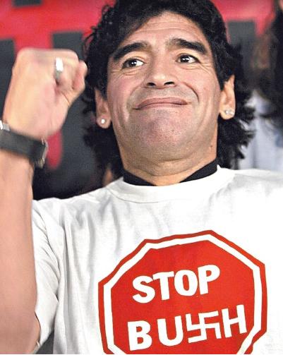Maradona usa uma camisa branca, escrito Stop Bush