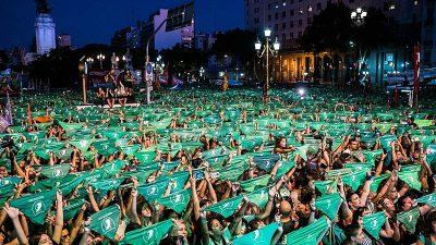 centenas de mulheres erguem lenços verdes, em praça de Buenos Aires