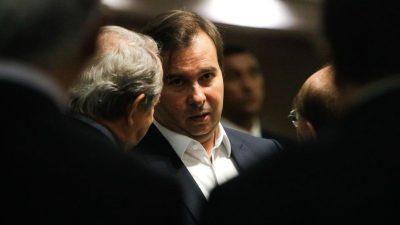 Rodrigo Maia conversa com parlamentares
