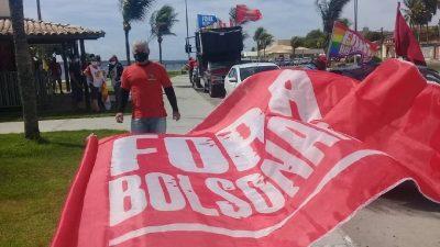 Foto mostra Bandeira vermelha com letras brancas, onde se lê Fora Bolsonaro