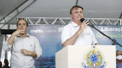 Bolsonaro discursa em uma tenda