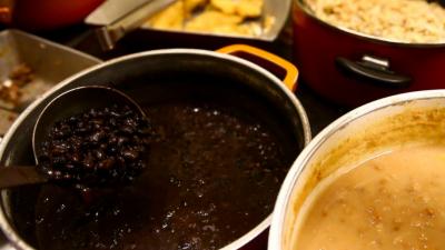 Panela de feijão, em restaurante