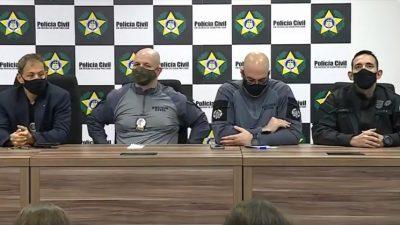 Quatro policiais estão atrás de uma mesa.