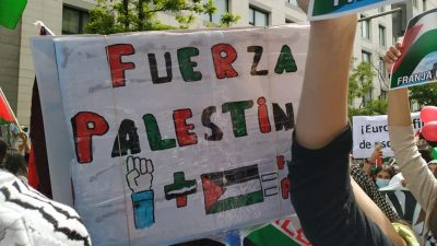 Cartaz está escrito: Fuerza Palestina