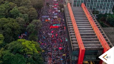 Imagem aérea da Av. Paulista, com o MASP e uma multidão de pessoas ocupando as pistas