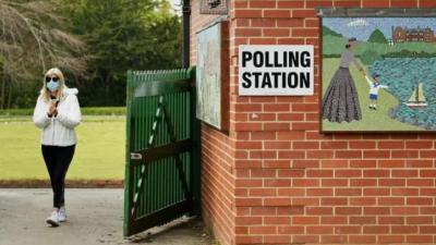 Eleitora deixa local de votação