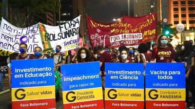 militantes do Afronte carregam cartazes que simulam a embalagem de cloroquina