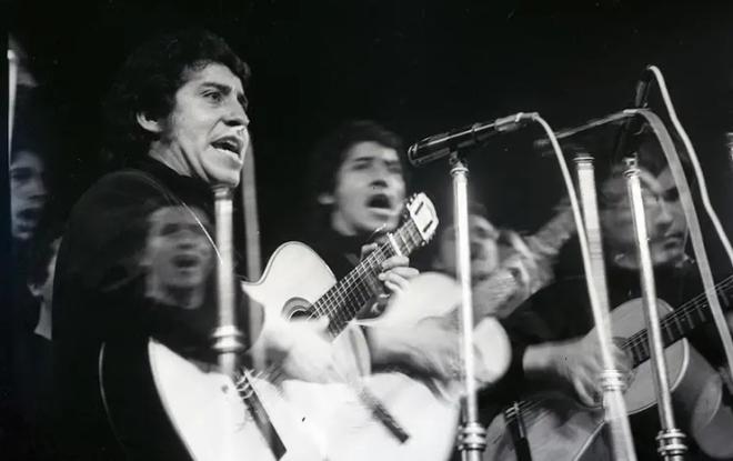 Victor Jara cantando, com um violão.