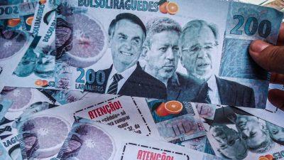 Imagem de uma nota de dinheiro de R$ 200 feita pelos manifestantes. A nota traz as fotos de Bolsonaro, Lira e Guedes. Acima está escrito BOLSOLIRAGUEDES. Ao lado a imagem de uma laranja.