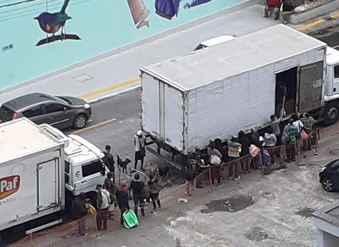 Camión con cola, unas 20 personas