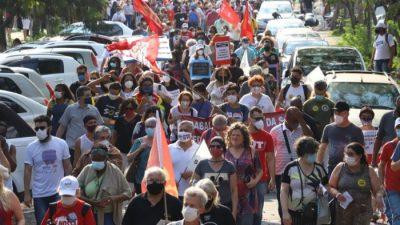 foto mostra uam caminhada, com cerca de 150 a 200 pessoas, em uma rua próxima à Alesp